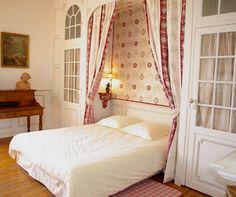 """Une décoration personalisée par Anne Crouan """"Pour un effet encore plus chaleureux et intimiste, on encadrera l'ouverture de demi-rideaux""""."""