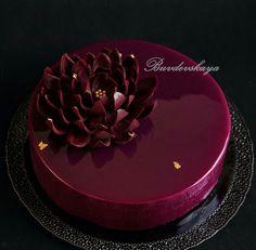 Banana and pecan cake - HQ Recipes Pretty Cakes, Beautiful Cakes, Amazing Cakes, Birthday Cake Decorating, Cookie Decorating, Köstliche Desserts, Delicious Desserts, Decoration Patisserie, Mirror Glaze Cake
