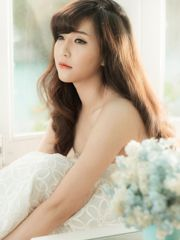Hình ảnh nữ ca sĩ Bích Phương trong bộ váy ren trắng như một nàng công chúa hiền thục xinh đẹp và đáng yêu