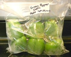 How to Freeze Whole Bell Peppers Yummy Freezing Vegetables, Frozen Vegetables, Freezing Kale, Stuffed Pepper Soup, Stuffed Green Peppers, Green Bell Peppers, Freezing Green Peppers, How To Freeze Peppers, Canning Bell Peppers