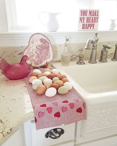 Farm fresh eggs drying on the counter = ❤❤❤ . . . . . #mycountryliving #decor #hearts #johnsonbrothers #popsofred #whitedecor #huevos #яйца #蛋 #æg #eieren #Eier #αυγά #uova #달걀 #卵 #ägg #kycklingar #pollos #куры #chooks