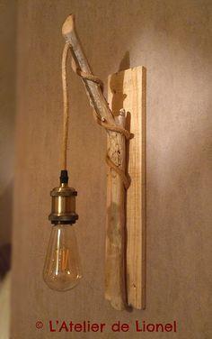 Applique en bois flotté  avec fil, douille et ampoule vintages Wooden Wall Decor, Wooden Lamp, Plug In Wall Lights, Diy Luminaire, Diy Crafts For Home Decor, Copper Decor, Table Lamp Wood, Driftwood Crafts, Mason Jar Lamp