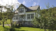 Bilderesultat for vindu sveitservilla Exterior, Cabin, Mansions, House Styles, Home Decor, Decoration Home, Room Decor, Cabins, Villas