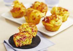 Préchauffez votre four Th.7 (200°C). Coupez le Comté en petits dés. Lavez et ciselez la ciboulette. Dans un saladier, versez la farine et la levure chimique. Faites un puit et ajoutez les œufs, l'huile et le lait. Ajoutez les dés de Comté, la ciboulette et le Râpé de Jambon. Salez et poivrez. Répartissez la pâte dans les caissettes beurrées et faites cuire dans votre four environ 15 minutes.