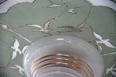 détail, lustre suspension ancien luminaire abat jour en verre granité et or, réflecteur en miroir sérigraphié motif oiseaux... http://www.lanouvelleraffinerie.com/lustres-suspensions-vintage-seventis/786-miroir-lustre-suspension-ancien-luminaire-abat-jour-en-verre-granite-et-or-reflecteur-en-miroir-serigraphie-motif-oiseaux.html