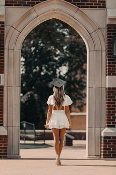 Taking a graduation photoshoot is the perfect way to capture memories from one of life's greatest accomplishments. Check out these unique graduation photoshoot ideas and poses! Hire an affordable graduation photographer on PixPair today! Nursing Graduation Pictures, Graduation Picture Poses, College Graduation Pictures, Graduation Photoshoot, Graduation Dresses, Grad Pics, Grad Pictures, Senior Pics, Friend Senior Pictures