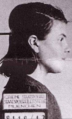 """Ficha policial de Sophie Scholl (9 mayo 1921 hasta 22 febrero 1943) era una estudiante alemana, miembro de """"La Rosa Blanca"""" grupo de resistencia no violenta en la Alemania nazi. Fue declarada culpable de alta traición después de que la detuvieran junto a su hermano Hans cuando distribuían panfletos en la Universidad de Munich. Como resultado, ambos fueron ejecutados en la guillotina junto con otro miembro del grupo, Christoph Probst. . Sophie tenía 21 años, Hans 25 y Christoph 33."""