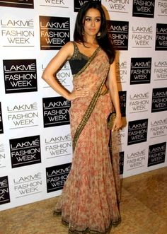 Shraddha Kapoor in printed Sari..Here, the most I like is the way she is wearing it..too many patels and well -arranged..pinning for that!