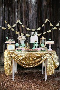 Recuerda colocar una decoración muy brillante para este tipo de mesas