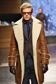 Etwas Einfaches wie die Wahl von einer braunen Lammfelljacke und einer dunkelgrauen Wollanzughose kann Sie von der Menge abheben.