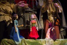 """""""O trzech zaklętych królewnach, czyli opowieści rozbójników"""" To historie Śnieżki, Roszpunki i Śpiącej Królewny jakich jeszcze nie znacie. Opowieść o tym jak banda zbójców znajduje w lesie dziecko. Chcąc je uspokoić zbóje opowiadają po kolei bajki o swoich wymarzonych królewnach. Ale co rozbójnicy mogą wiedzieć o królewnach..? reżyseria i scenografia: Lucia Svobodová, muzyka: Miłosz Sienkiewicz, […] Źródło Local News, Historia, Poster"""