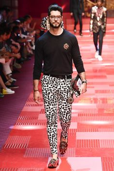 See all the Collection photos from Dolce & Gabbana Spring/Summer 2018 Menswear now on British Vogue Male Fashion Trends, Men's Fashion, Fashion Show, Fashion Looks, Fashion Outfits, Milan Fashion, Designer Glasses For Men, Glasses Trends, Mode Man