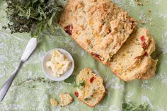 Savory bread with sun-dried tomatoes, herbs and cheddar [Vegetarian] : TreeHugger Tomato And Cheese, Tomato Bread, Herb Bread, Eat Seasonal, Sustainable Food, Vegetarian Recipes Easy, Food Waste, Dried Tomatoes, Whole Food Recipes