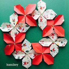 """「クローバーリース」をクリスマスカラーで折ったらなんとなくポインセチア風^ ^「クローバーリース」の折り方はプロフィールにリンクがあるYouTube""""のkamikey origami """"チャンネルでご覧ください  Clover wreath  designed by me Tutorial on YouTube"""" kamikey origami"""" #折り紙#origami #ハンドメイド#kamikey"""