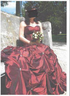 Robe de mariée de couleur bordeaux en satin avec fleurs en perles blanches taille 38 mais très ajustable car il y a un grand lacet dans le dos.Bon état et propre