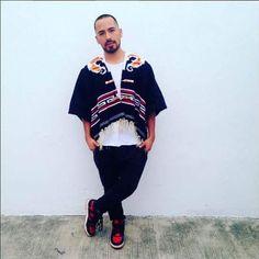 @alanzepeda86 con gabán tejido en el telar de pedal de Ángel Bautista originario de San Miguel #Xaltipa , #Tlaxcala .  #hechoamano #handmade #textil #textile #loom #telar #modasustentable #sustainablefashion #comerciojusto #fairtradefashion #modalenta #slowfashion #revoluciondelamoda #fashionrevolution #quienhizomiropa #whomademyclothes