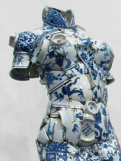 Chinese artist Li Xiaofeng uses shards of broken porcelain to create stunning co. - Chinese artist Li Xiaofeng uses shards of broken porcelain to create stunning costumes. Kintsugi, Sculptures Céramiques, Sculpture Art, Art Mannequin, Illustration, American Crafts, Delft, Art Plastique, Wabi Sabi