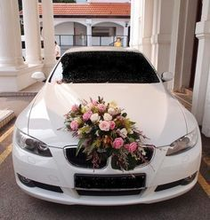 Behind-the-scene: Wedding Car Floral Decoration – Rustic Hochzeit ? Pink And White Weddings, White Wedding Flowers, Bridal Flowers, Wedding White, Rustic Wedding, Wedding Car Decorations, Flower Decorations, Bridal Car, White Roses