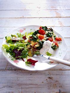 Low Carb Abendessen: 15 schlanke Rezepte - Tomaten-Omelett mit grünem Salat