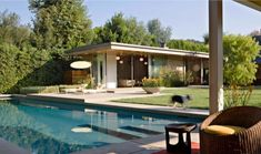 Playfully designed mid-century ranch house in Brentwood Mid Century Ranch, Mid Century House, Modern Townhouse, Architectural Section, Modern Mansion, Modern Backyard, Home Design Plans, Modern Exterior, Traditional House