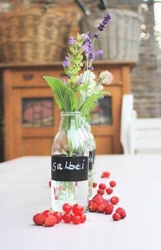 Die Landfrau: Gartenparty-Spezial: Tischdeko mit blühenden Kräutern