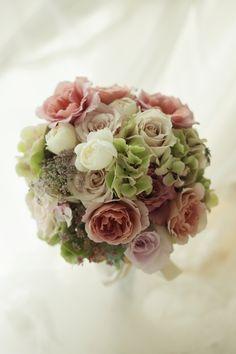 ラウンドブーケ ニュアンスカラーで、お姉さまから受け継がれたドレスに 銀行倶楽部様へ : 一会 ウエディングの花