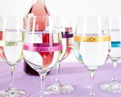 Mit diesen bunten Namensschildchen findet sich beim nächsten Umtrunk jeder Gast im Gläserwirrwarr zurecht! Hierfür einfach die Namen Ihrer Gäste auf dünne Seidenbänder in verschiedenen Farben schreiben und diese um Stielgläser binden. Eine bunte Variante, mit der Sie Ihre Gäste besonders persönlich willkommen heißen!
