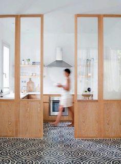 cuisine bois blanc et carreaux de ciment