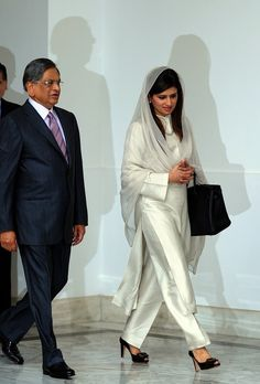 The Pakistani foreign minister with style hina kher Dress Indian Style, Indian Wear, Indian Outfits, African Style, Pakistani Fashion Casual, Arab Fashion, Ankara Fashion, Africa Fashion, Fashion Women