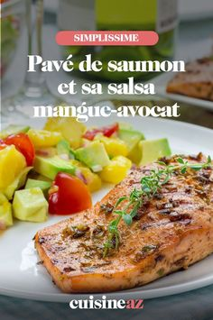 Ce pavé de saumon et sa salsa mangue-avocat est une recette de poisson à noter dans votre menu de la semaine. #recette#cuisine #saumon #mangue #avocat #poisson Salsa, Gourmet, Lime Juice, Healthy Meals, Mango, Lawyer, Salsa Music