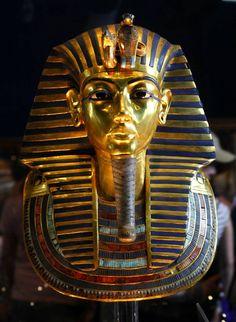 Den egyptiske farao Tutankhamon blev begravet med balsameret, erigeret penis for at ligne guden Osiris. Foto: AP/Amr Nabil