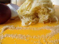 Kysla sudova kapusta, udusena na skaramelizovanom cukre je bajecna priloha k zabijackovym specialitam. Pecena jaternica, alebo krvavnicka s dusenou kapustou je dokonalost sama. Dusena kysla kapusta...