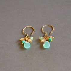 """Boucles d'oreilles fantaisies pierres calcédoines et jades sur dormeuses plaquées or : Modèle """"Erin"""" : Boucles d'oreille par kanakeis"""