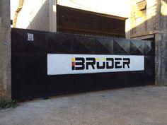 Pintura de logo Bruder Industria em portão
