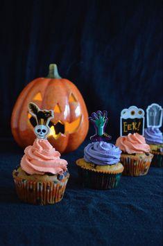 MUFFIN VEGANI ALLA ZUCCA E CIOCCOLATO CON FROSTING AL MASCARPONE per Halloween! Sono sublimi! #halloween #halloweenparty #halloweenmuffins  #muffins #cupcakes  #halloweencupcakes #muffin #zucca #pumpkinmuffins #vegan #veganrecipes #ricettevegane #ricette #veganhalloween #recipes #halloweenrecipes #halloweenrezepte #profumodifrangipani #zucca #pumpkinrecipes Quick Vegetarian Meals, Works With Alexa, Pumpkin Carving, Frosting, Cupcakes, Mascarpone, Flood Icing, Cake Glaze, Cup Cakes