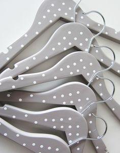 Une jolie façon de customiser des cintres et de rendre les penderies plus fun !