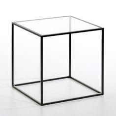 Le bout de canapé Sybil. Très élégant avec sa forme cubique et son métal laqué.Caractéristiques : - Piètement en fin tube de métal - Plateau en verre transparent ou sérigraphié blanc. Dimensions : - L40 x H40 x P40 cm.Dimensions et poids du colis :- L.46,5 x H.47,2 x P.45,5 cm, 5,7 kg.