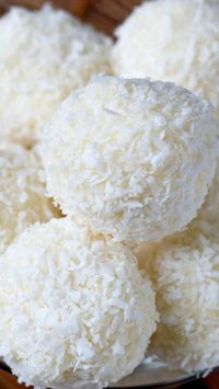Homemade Raffaello Almond Coconut Candies ~ Easy to make and a nice sweet treat. The flavour of coconut blended with delicious crunchy almonds make for a great tasting candy. Candy Recipes, Sweet Recipes, Cookie Recipes, Dessert Recipes, Coconut Candy, Coconut Balls, Coconut Truffles, Homemade Sweets, Homemade Candies