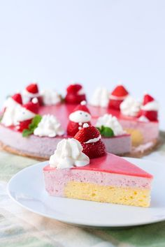 A sponge cake enrobed in strawberry mousse and topped with strawberry jelly. Light, fresh, with a little tartness. Add Santa strawberries for Christmas! Strawberry Mousse Cake, Strawberry Topping, Strawberry Lemonade, Entremet Recipe, Bakery Recipes, Dessert Recipes, Asian Cake, Greek Yogurt Recipes, Sweets