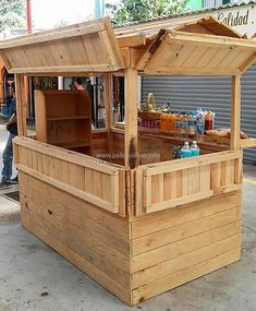 Wood outdoor furniture ideas and wooden outdoor table for sale gumtree. Wooden Outdoor Table, Outdoor Wood Furniture, Diy Outdoor Bar, Bar Furniture, Furniture Dolly, Furniture Makeover, Wood Pallet Bar, Wooden Pallet Projects, Pallet Crafts