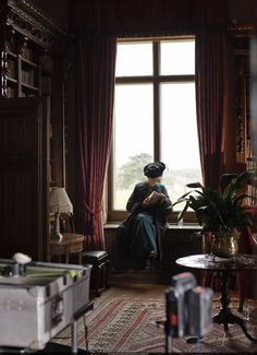 """Maggie Smith behind the scenes on """"Downton Abbey"""" reading a book, Beautiful. Maggie Smith Downton Abbey, Lady Violet, Dowager Countess, Masterpiece Theater, Downton Abbey Fashion, Lady Mary, Through The Window, British Actresses, Period Dramas"""