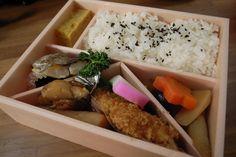 Este é o kombini bento. O bentô mais comum é o do cotidiano, levado pelos trabalhadores para almoçar. E entre eles, o mais tradicional é o hinomaru-bentô, que leva apenas uma ameixa em conserva (umeboshi) no centro da porção de arroz. A ameixa avermelhada lembra o círculo vermelho da bandeira japonesa.