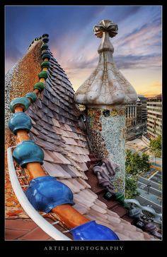The Dragon Spine Roof Architecture of Casa Batlló by Antoni Gaudi, Barcelona, Spain :: HDR Architecture Design, Spanish Architecture, Beautiful Architecture, Art Nouveau, Unique Buildings, Beautiful Buildings, Casa Gaudi, Hotel W, Antonio Gaudi