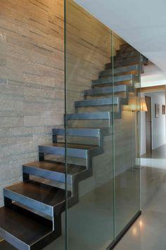 DT39 - ESCA'DROIT®. Escalier métallique d'intérieur design. Marches caisson formant un décaissé pour incrustation d'un revêtement en tôle lisse. Crémaillère intérieure et extérieure découpée en 'L'. Finition : acier brut patiné. - © Photo : Vanessa DESCHUYTENEER Staircase Handrail, Interior Staircase, Stair Railing, Staircase Design, Staircases, Metal Stairs, Modern Stairs, Minimalist Architecture, Architecture Design