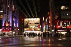 Tokyo - Tout le monde attend bien patiemment que le feu soit vert avant de traverser.