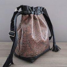 """✃ BY NATH sur Instagram: Voici plus de photos du dernier sac Calypso (le """"sac seau"""" de @patrons_sacotin) que j'ai cousu. Il est en simili cuir noir et marron. A…"""