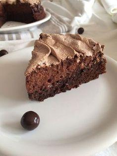 Alerte à la tuerie ! Ce gâteau au chocolat meringué vous fera tourner la tête tellement il est bon. Hyper simple à faire, original et tellement fondant...