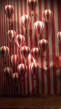 Find tips and tricks, amazing ideas for Store window displays. Discover and try out new things about Store window displays site Visual Display, Display Design, Store Design, Circus Art, Circus Theme, Barnum Circus, Shop Window Displays, Store Displays, Display Window