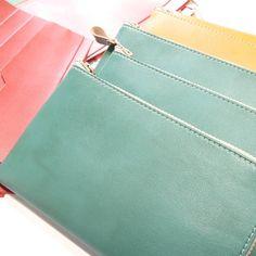 お待たせしました。 人気の春色の長財布、只今仕上げ中で、間もなく出荷します♪ こちらのお財布はお札がピッタリ収まるサイズ感で、コンパクト&軽量。 バッグの中でかさばらず、とても使いやすいお財布です。 #cocochikobo #人工皮革 #ヴィーガンレザー #ハンドメイド #長財布 #コンパクト #ミニマム #ここちいい暮らし #母の日 #プレゼント Coin Purse, Purses, Wallet, Instagram, Handbags, Purse, Bags, Diy Wallet, Coin Purses