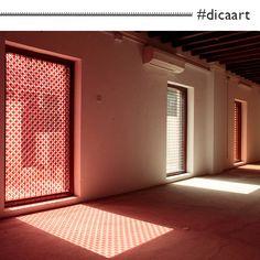 """A artista Lucia Koch escolheu intervenções com filtros e telas como algumas das mídias para abordar questões sobre a luz e a espacialidade em diálogo com a arquitetura.   Essa obra, chamada """"Conversation"""" (2014), é uma instalação que ocorreu na 11a. Bienal de Sharjah, formada de placas de acrílico cortadas a laser.  Imagem: © Galeria Nara Roesler"""